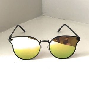 Cat-eye black mirrored sunglasses